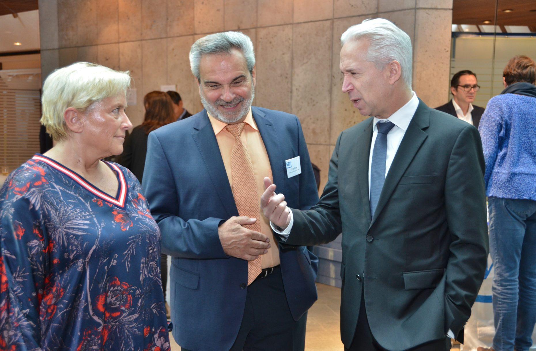 Susanne Eisenmann wird bei der VBE-Fachtagung für Schulaufsicht und Schulleitung von Gerhard Brand begrüßt