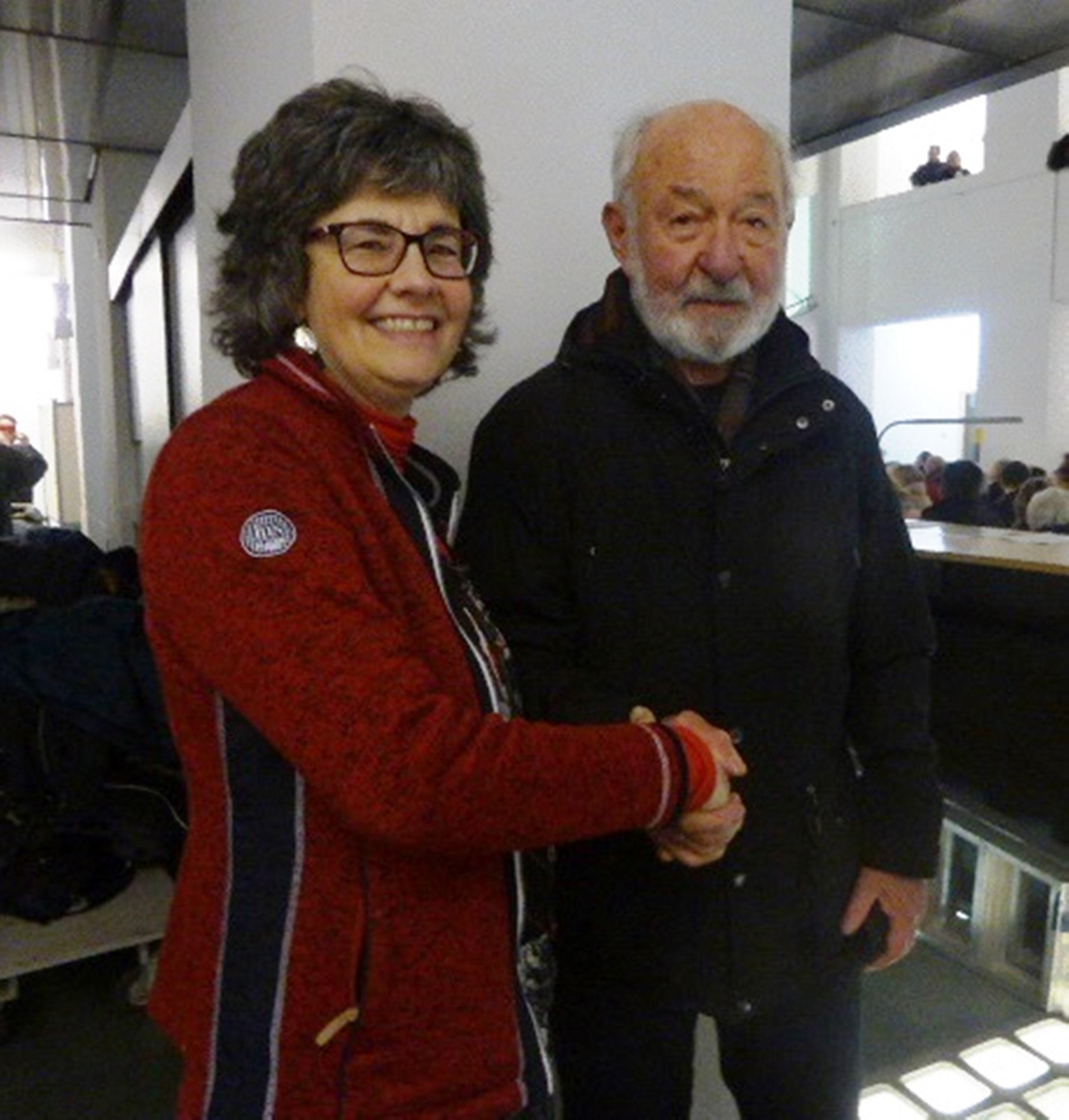 Die Vorsitzende Ursula Butscher - Zahn gratuliert Rolf Constantin